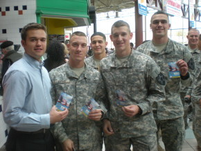 RobbieBergquistwithsoldiersatFortLewisMcChord
